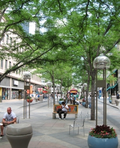 Denver, Denver's 16th Street Mall today. Photo credit: OLIN. Lire l'article: http://bit.ly/1r5NgmF